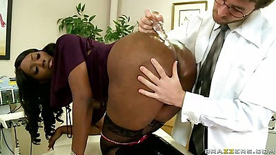 Nyomi Banxxx gets a butt plug in her anus