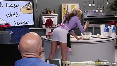 Miniskirt milf Sindy Lange working it off in the food court with no panties